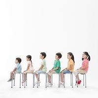 並んで椅子に座る日本人の子供達