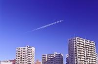 北海道 高層マンション街と飛行機雲