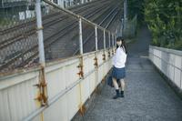 歩道橋にいる女子高生