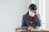 マスクをして授業中に目をこする女子高生