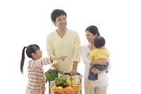 ショッピングカートで買い物をする両親と子供