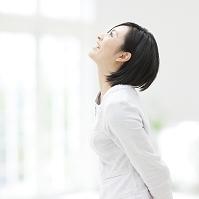 見上げる日本人女性の横顔