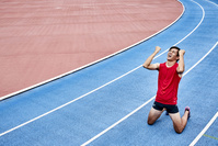 ガッツポーズをする短距離走選手