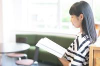 本を読む日本人の女の子