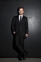 ブラックスーツの中年外国人男性