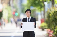 ホワイトボードを持つ日本人ビジネスマン