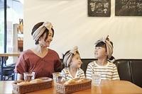 カフェにいる日本人の親子