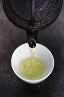 ティーポットから注がれるお茶
