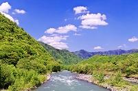 北海道 新緑の山並みと沙流川の流れ