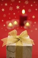クリスマスプレゼントと火が灯ったキャンドル