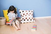 絵本を読む日本人の女の子
