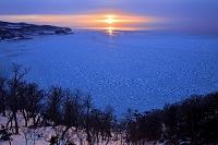 北海道 斜里町 知床ウトロ ブユニ岬から望むオホーツク海の流氷