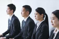 面接を待つ日本人ビジネスパーソン