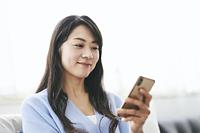 スマートフォンを見る40代日本人女性