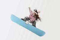 スノーボードをする日本人女性