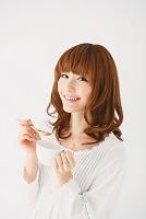 スープカップを持つ女性