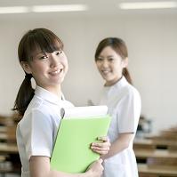 看護師服を着て微笑む日本人女性
