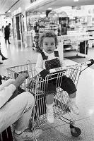 ショッピングカートに乗る子供