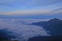 岐阜県 南岳から笠ヶ岳と月