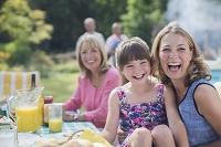 ガーデンパーティーをする外国人家族