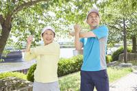 準備体操をする日本人シニア夫婦
