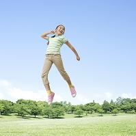 ジャンプをする日本人の女の子