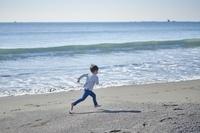 海岸で走る男の子