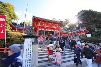 京都府 八坂神社 初詣の参拝客と東楼門
