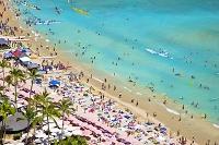 ハワイ ワイキキビーチの海水浴客