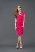 ピンクのドレスを着た外国人女性