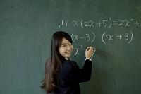 黒板を使う高校生