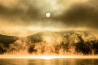 山梨県 山中湖の蒸気霧と朝日