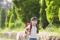 ランドセルを背負い歩く日本人の女の子