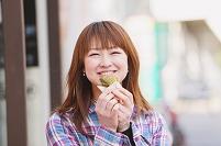 たいやきを食べている女性