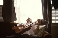 ギターを弾く若い男性