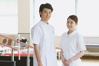 リハビリ施設にいる笑顔の若い看護師