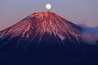 山梨県 思親山より紅富士と満月
