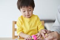 粘土遊びをする男の子