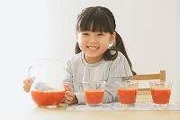 野菜ジュースを注ぐ日本人の女の子