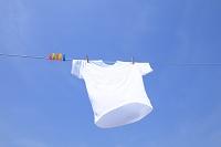 洗濯したTシャツと青空