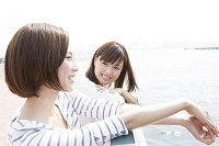 海辺で話をする日本人女性達