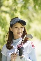 ゴルフをする20代女性