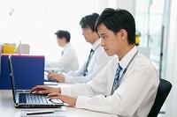 デスクワークをする日本人ビジネスマン