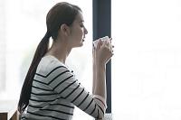 カフェでくつろぐ20代日本人女性横顔