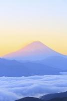 山梨県 櫛形山より夜明けの富士山と雲海の山並み