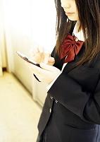 携帯を操作する女子高校生