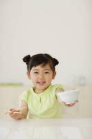 お茶碗を手にする女の子