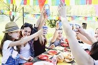 パーティで乾杯する若者グループ