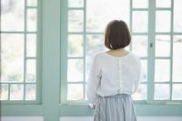 窓辺に佇む日本人女性