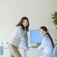 デスクワークをする女性